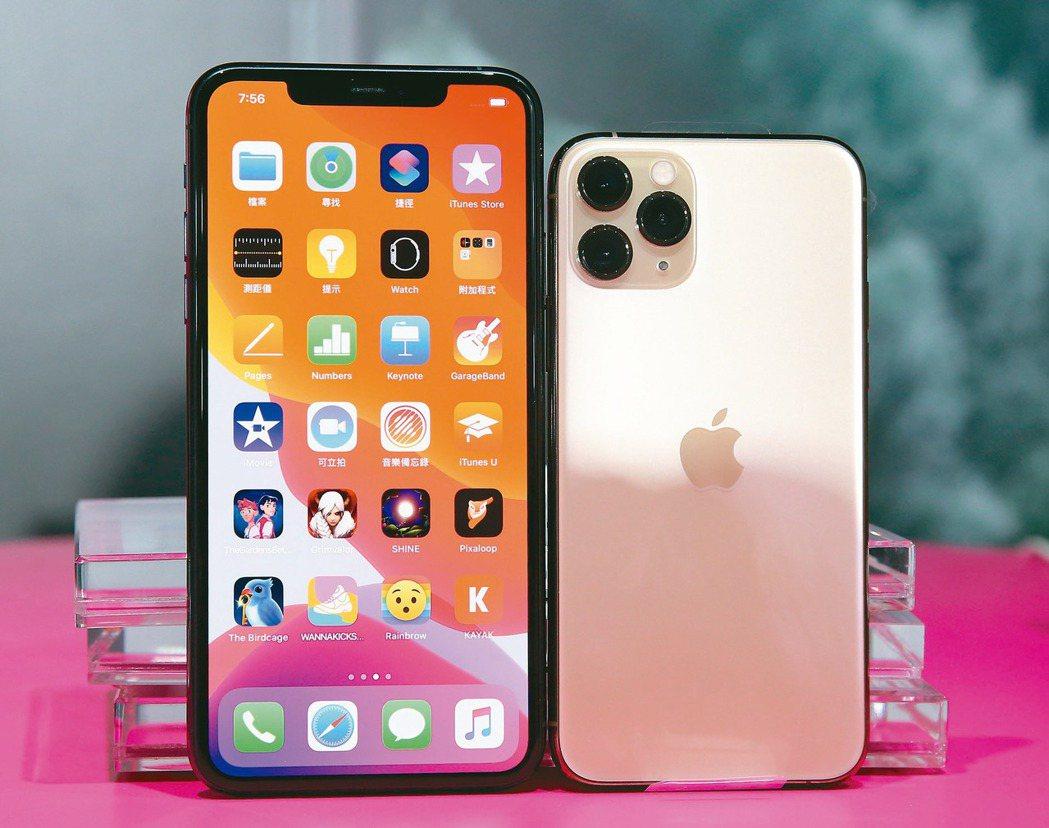 iPhone11開賣,上百果粉在信義威秀外排隊。 記者林澔一/攝影