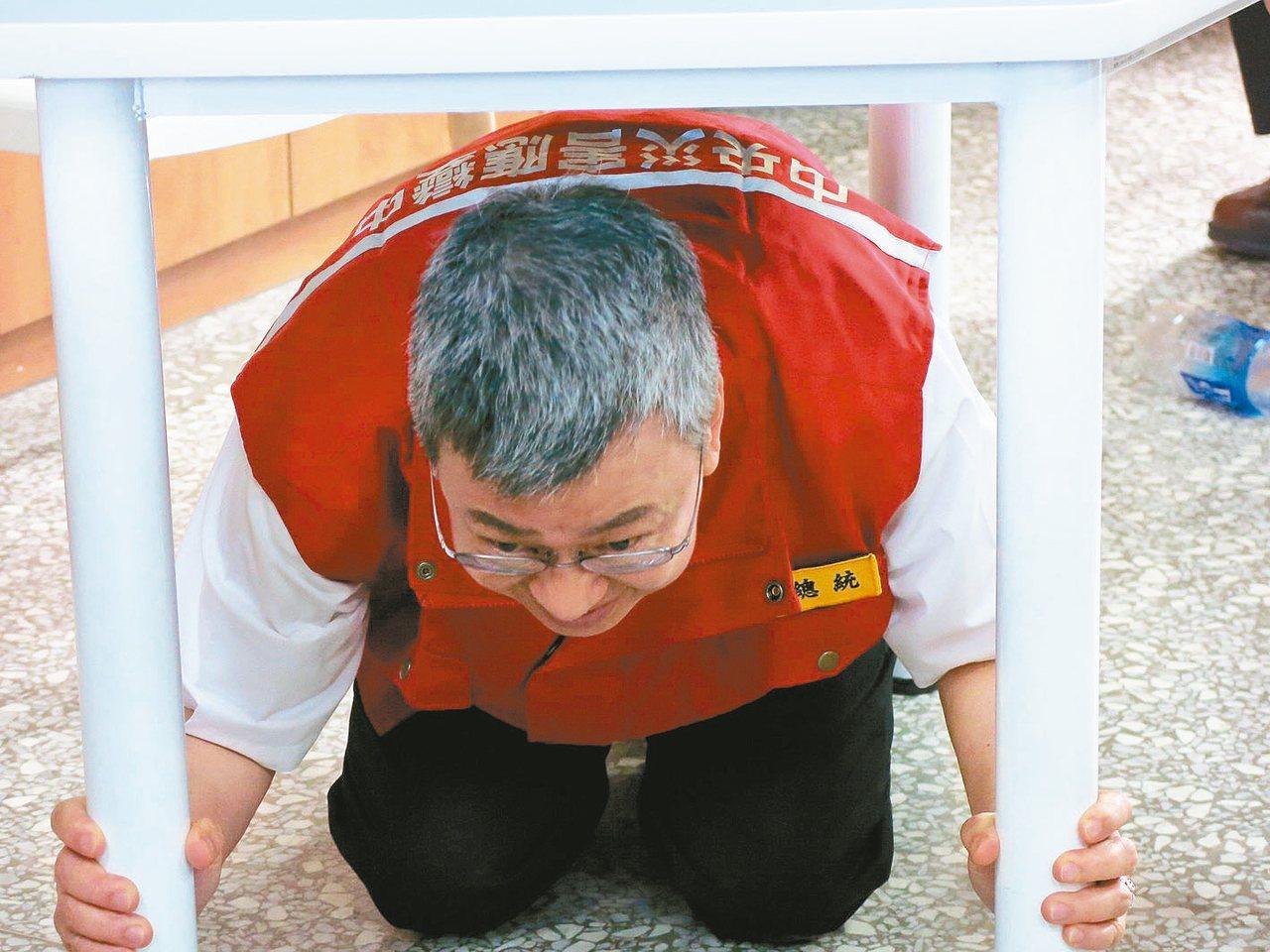副總統陳建仁上午到南投竹山社寮國中,實際參與學校的防災演練,甚至趴到課桌下模擬地...