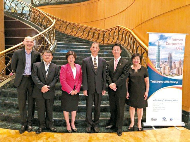 台灣證券交易所經理單高年(右三)、大和證券亞太區主席岡 裕則(右二)及Affin...