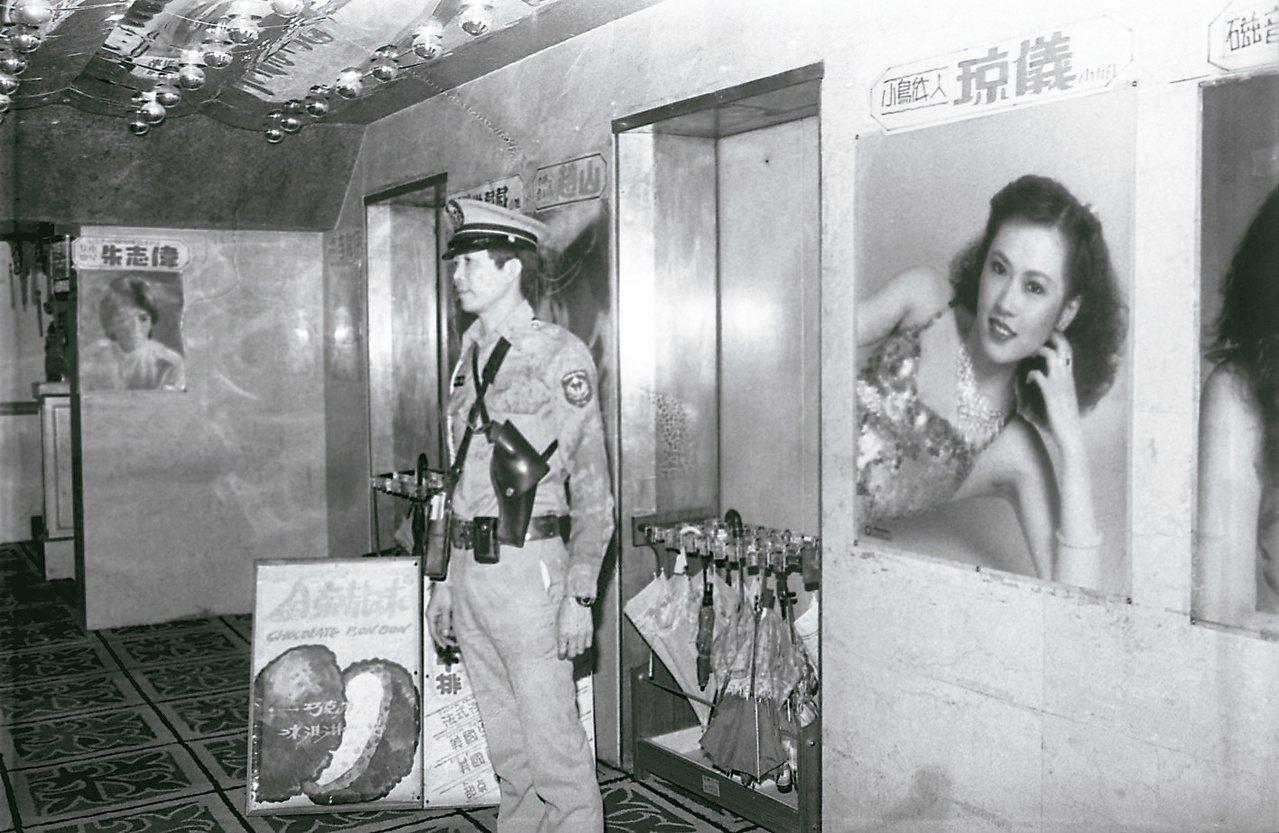 1983年高凌風被人槍擊一案,許多影歌星的安全受到威脅。圖為當年警方派員在歌廳站...