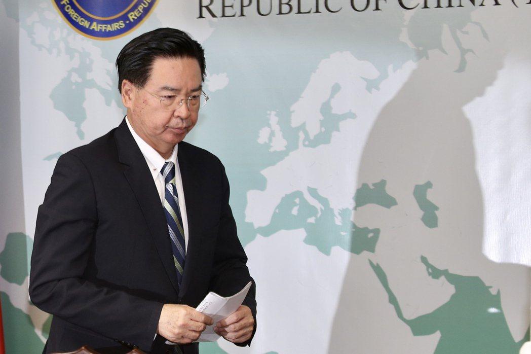 在不到一週的時間內,中共接連出手拔掉台灣在太平洋的兩個邦交國。圖為外交部長吳釗燮20日召開記者會,宣布我國即日起與吉里巴斯斷交。 圖/聯合報系資料照
