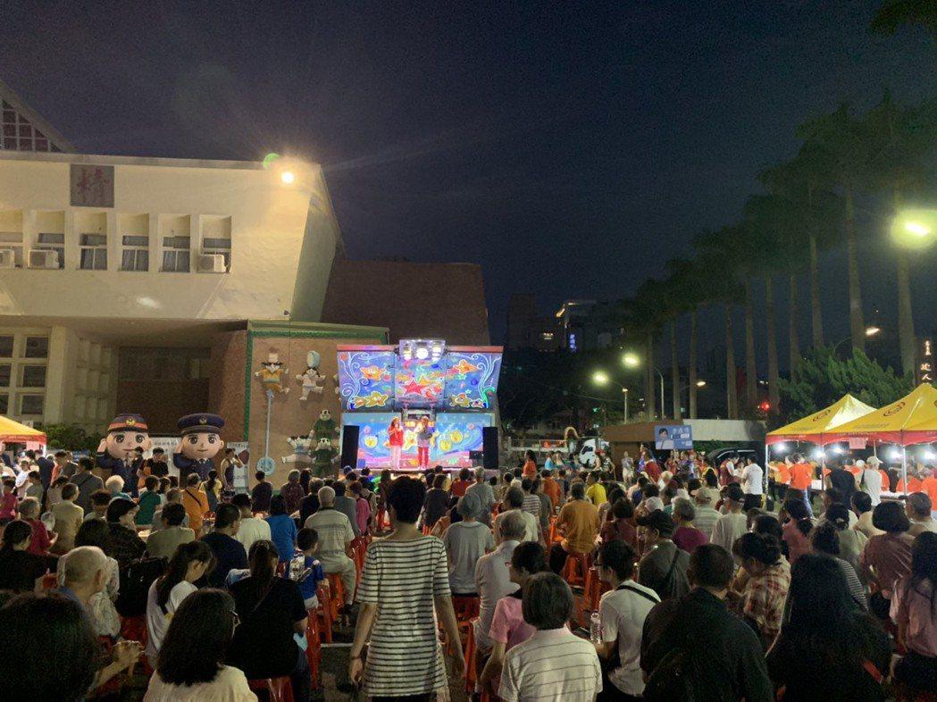 在台北市碧湖獅子會參與協辦下,湖濱里中秋聯誼晚會於台灣戲曲學院前登場。有數百位里...