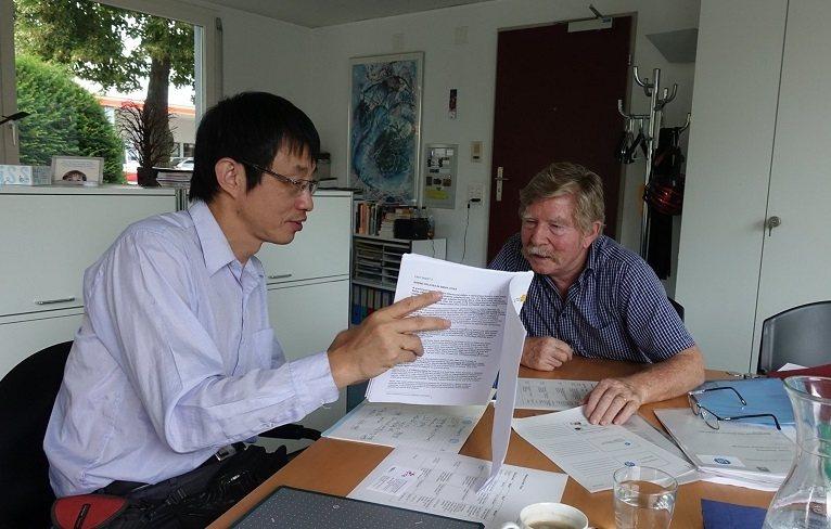 周傳久(左)與瑞士時間銀行民間版總監溫克勒(右)交流,感慨台灣未來若沒有足夠志工...