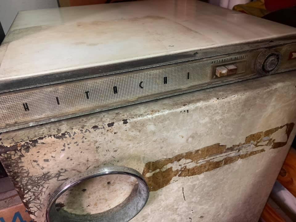 網友分享的超過40年的Hitachi冰箱。 圖/翻攝自爆廢公社