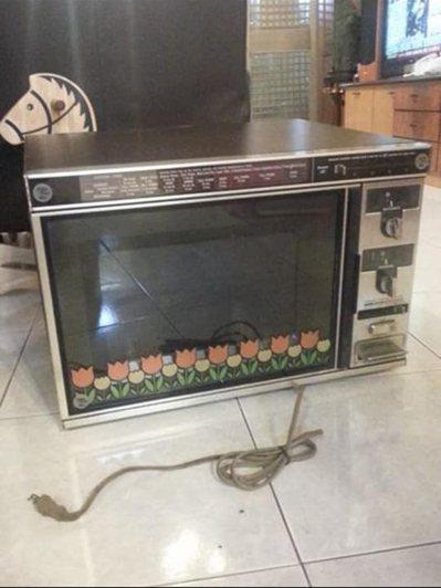 網友家中夏普1972年的微波爐。 圖/翻攝自爆廢公社