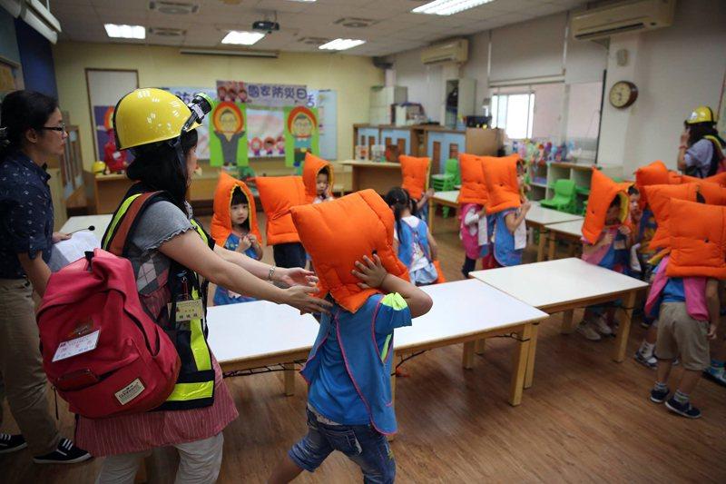 一所幼兒園進行防災演練。 圖/作者自攝