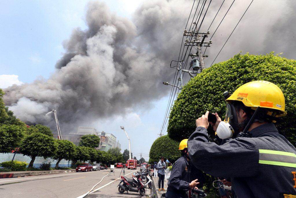 圖為2018年4月發生於敬鵬桃園平鎮廠火警,共奪去5名消防員與2名移工性命。 圖...