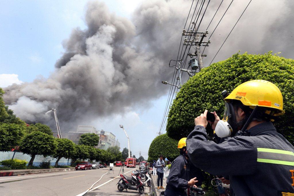 圖為2018年4月敬鵬桃園平鎮廠大火事件,共奪去5名消防員與2名移工性命。 圖/聯合報系資料照