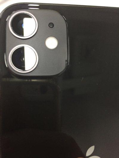 一名網友今天收到iPhone 11新機,沒想到卻發現2個瑕疵。 圖/翻攝自PTT