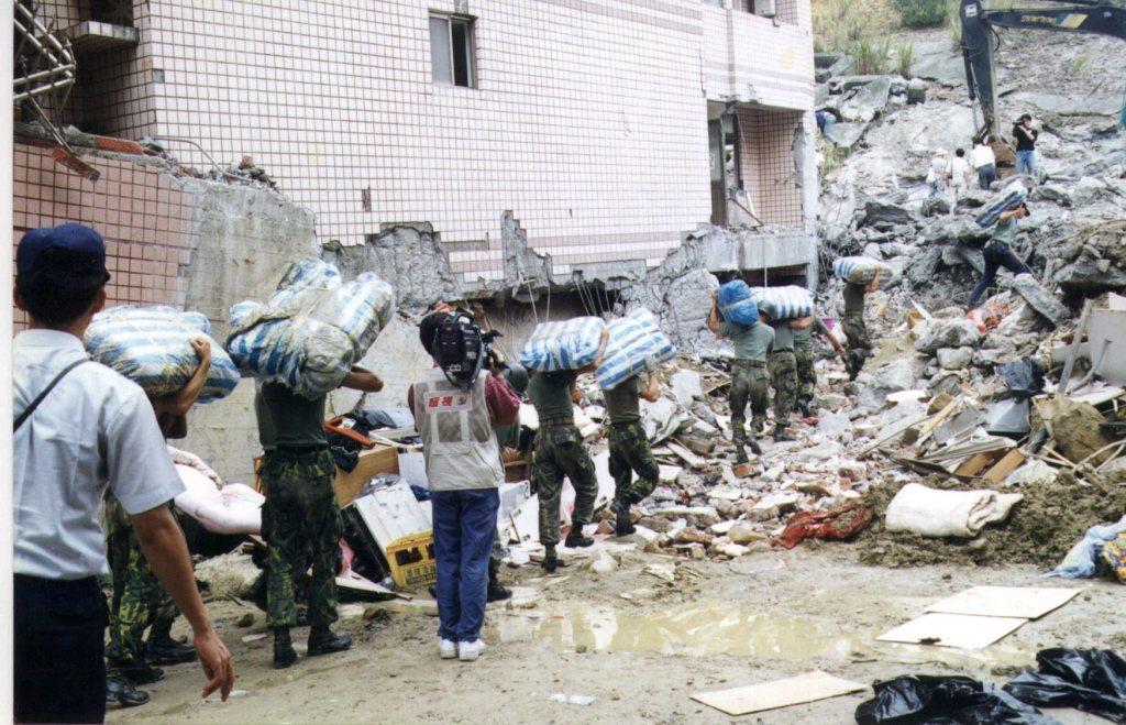 1997年溫泥颱風來襲,暴雨破壞地基,導致擋土牆崩落,造成28人死亡,一百多人房...