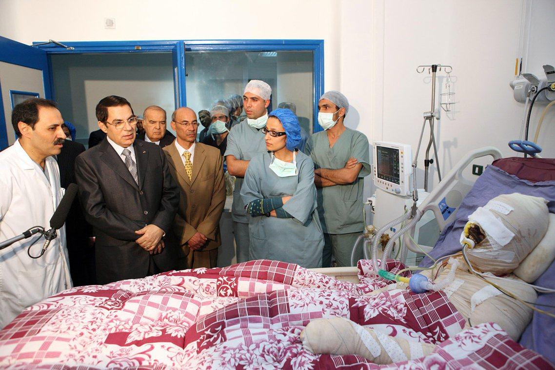 2010年的布瓦吉吉(右一)自焚抗議事件,本阿里(左二)與突尼斯中央政府原本漠不...