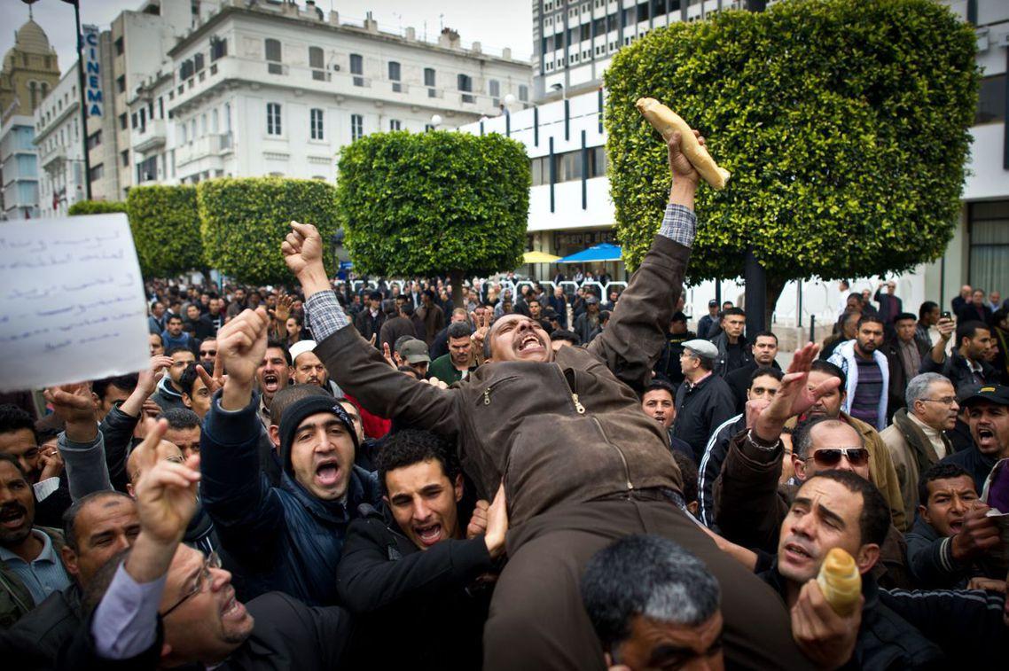 與內戰中的利比亞、敘利亞,或者是已從革命浪頭上重返獨裁者懷抱的埃及相比,突尼西亞...