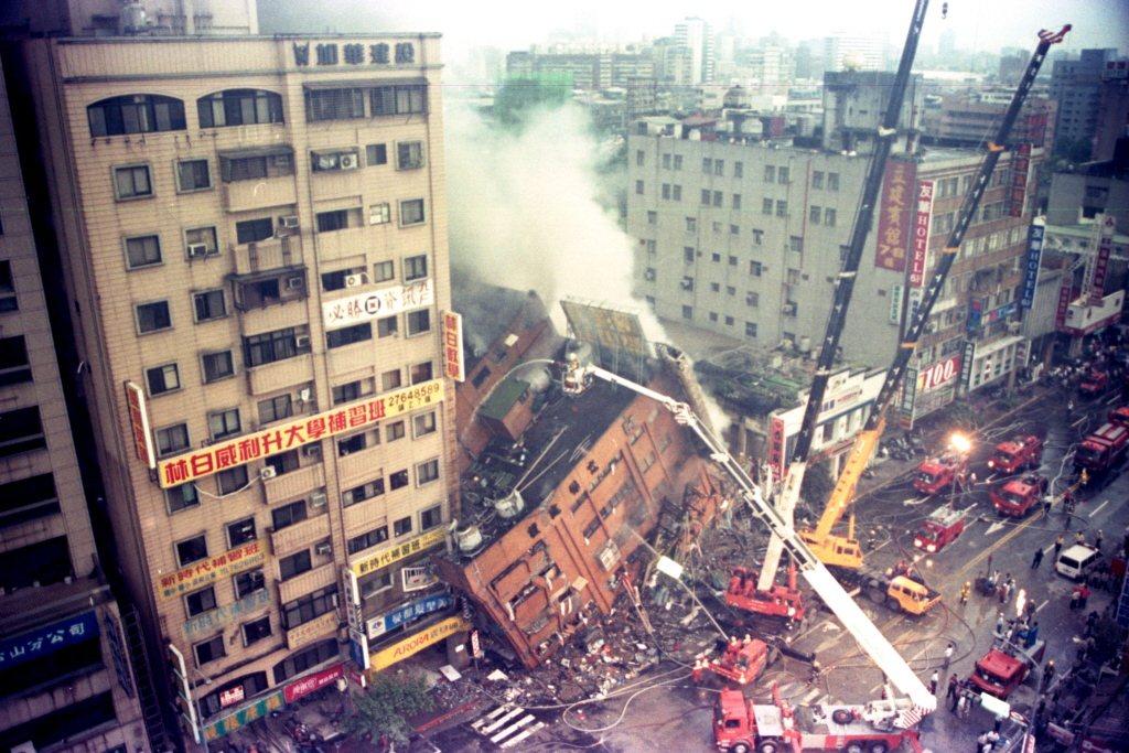 圖為在九二一地震中倒塌的台北市東星大樓。 圖/聯合報系資料照