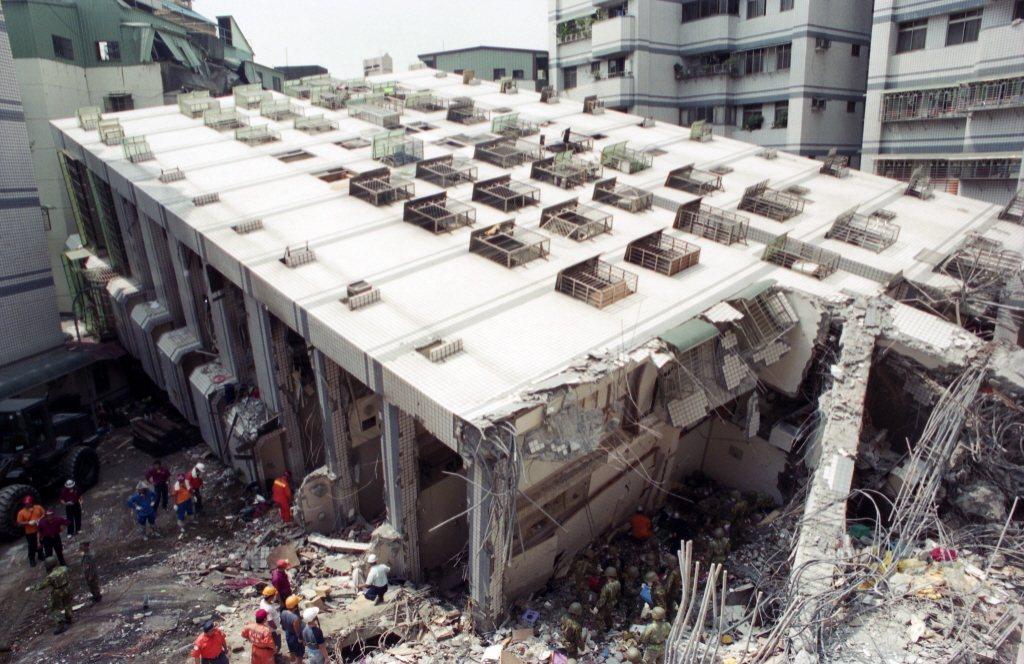 在九二一地震中倒塌的新莊博士的家。 圖/聯合報系資料照