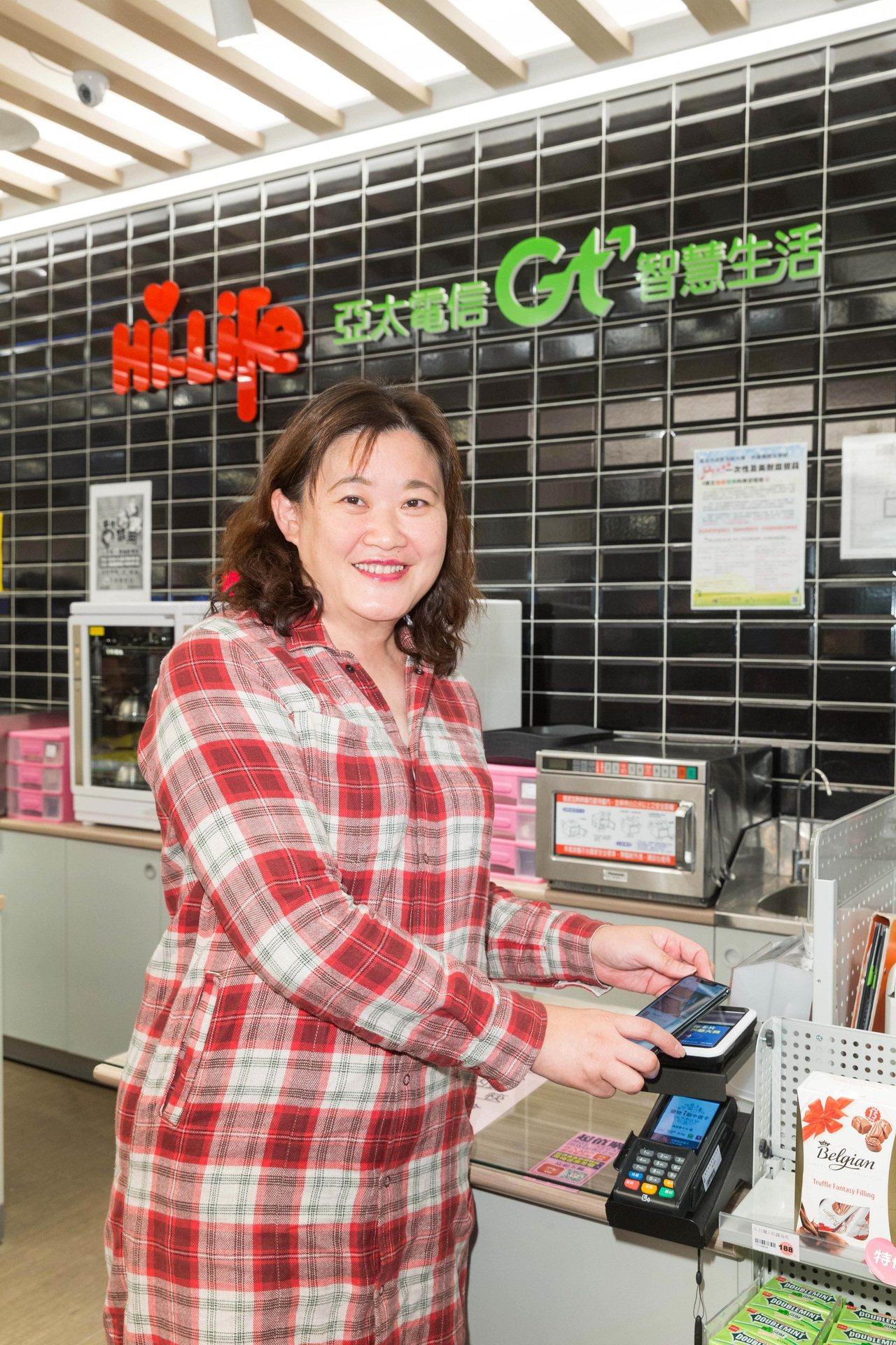 亞太電信行銷副總鄧美慧響應台北市政府政策使用行動支付結帳。圖/亞太電信提供