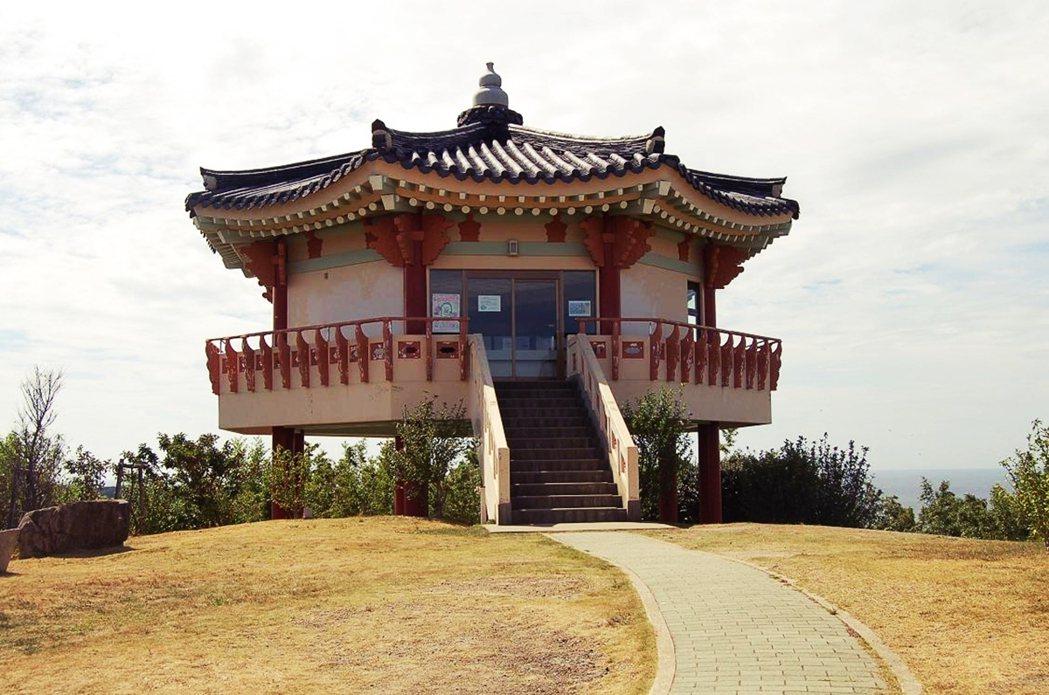 位於對馬的「韓國展望所」,可以遙望南韓的釜山。韓國客觀光熱門地點的長崎縣對馬島,...