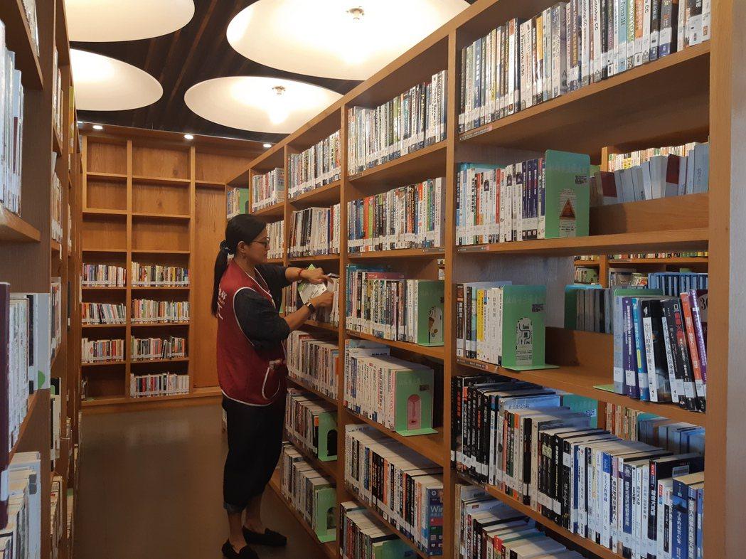 巧遇魯明哲議員夫人汪玉仙在龍岡圖書館做志工,她提到只要有空就會來此幫忙整理書本,...