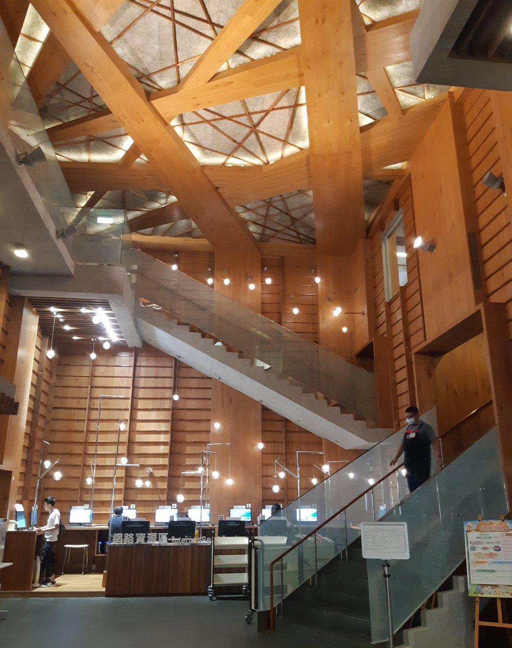 龍岡圖書館內充滿現代木質的沈穩設計風格,讓人不禁駐足並享受書香氛圍。項家麟/攝影