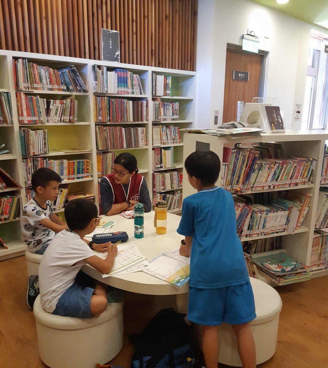 志工主動關心圖書館內的小朋友們。項家麟/攝影