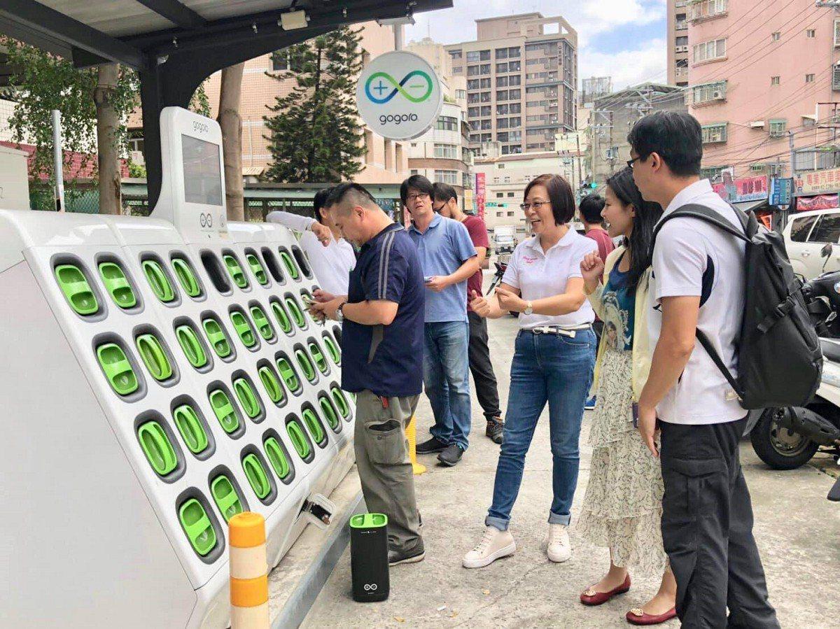 新北市交通局將協助廠商,在三重、蘆洲區增加26個新電池交換站,市議員李翁月娥勘查...
