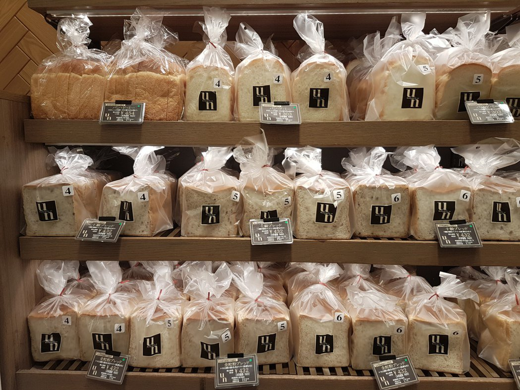 日本阪急百貨梅田店B1的Boulangerie Un最熱賣的龐多米原味吐司擺滿整...