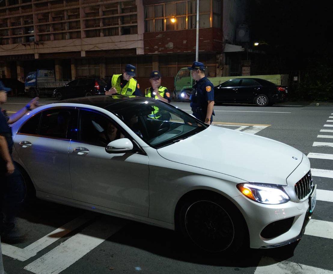 警方在連千毅的鼓山直播據點,攔查車輛。記者林保光/翻攝