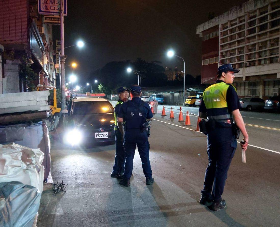 警方在連千毅的鼓山直播據點站哨。記者林保光/翻攝