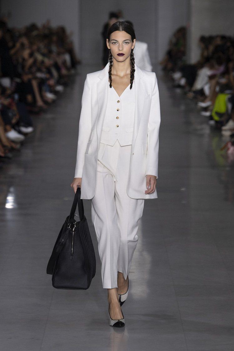 脫俗清新的全白套裝,則是完美示範了女性正裝的時尚簡約。圖/MaxMara提供