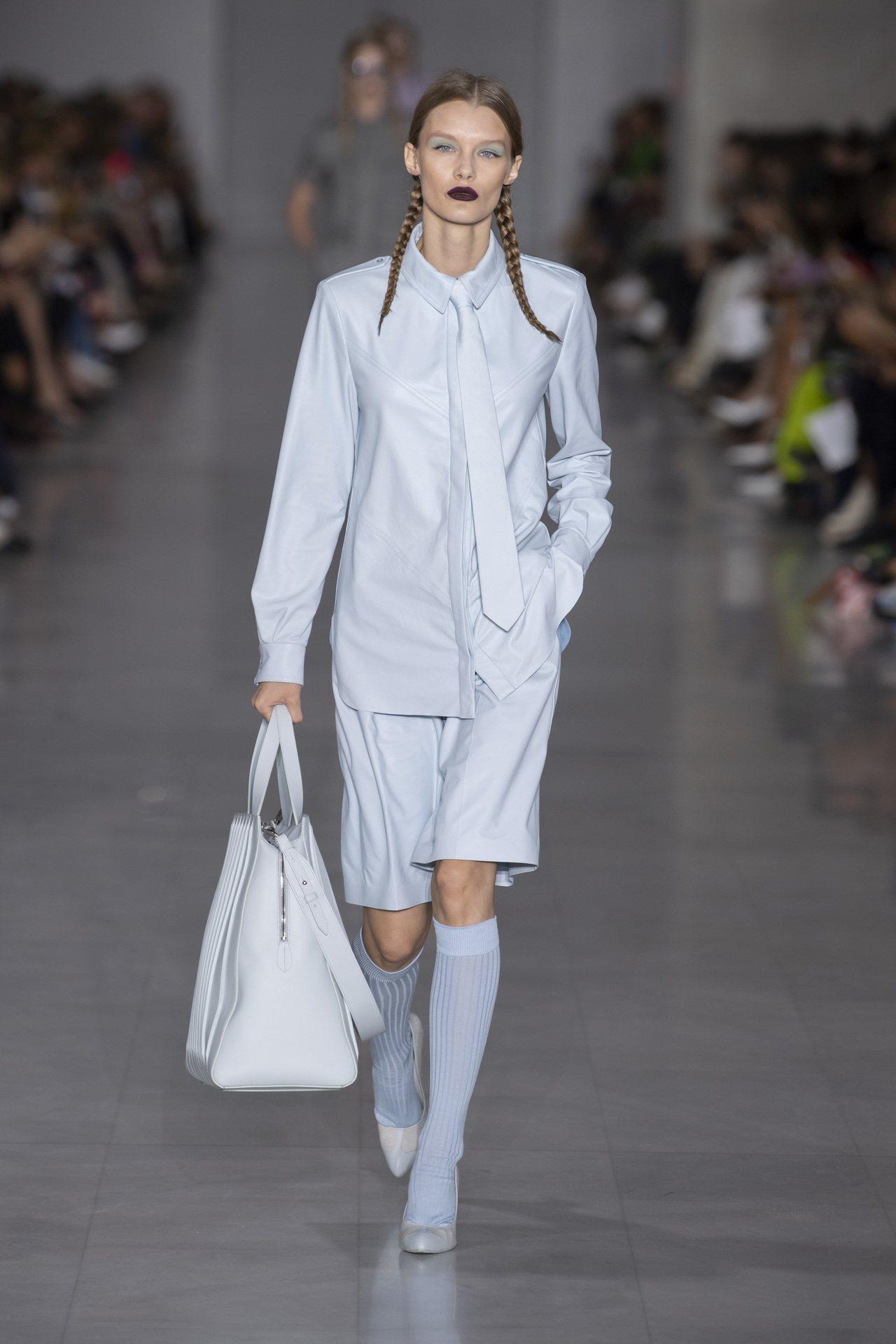 大尺寸的Whitney Bag可肩背或手提,帥氣又實用。圖/MaxMara提供