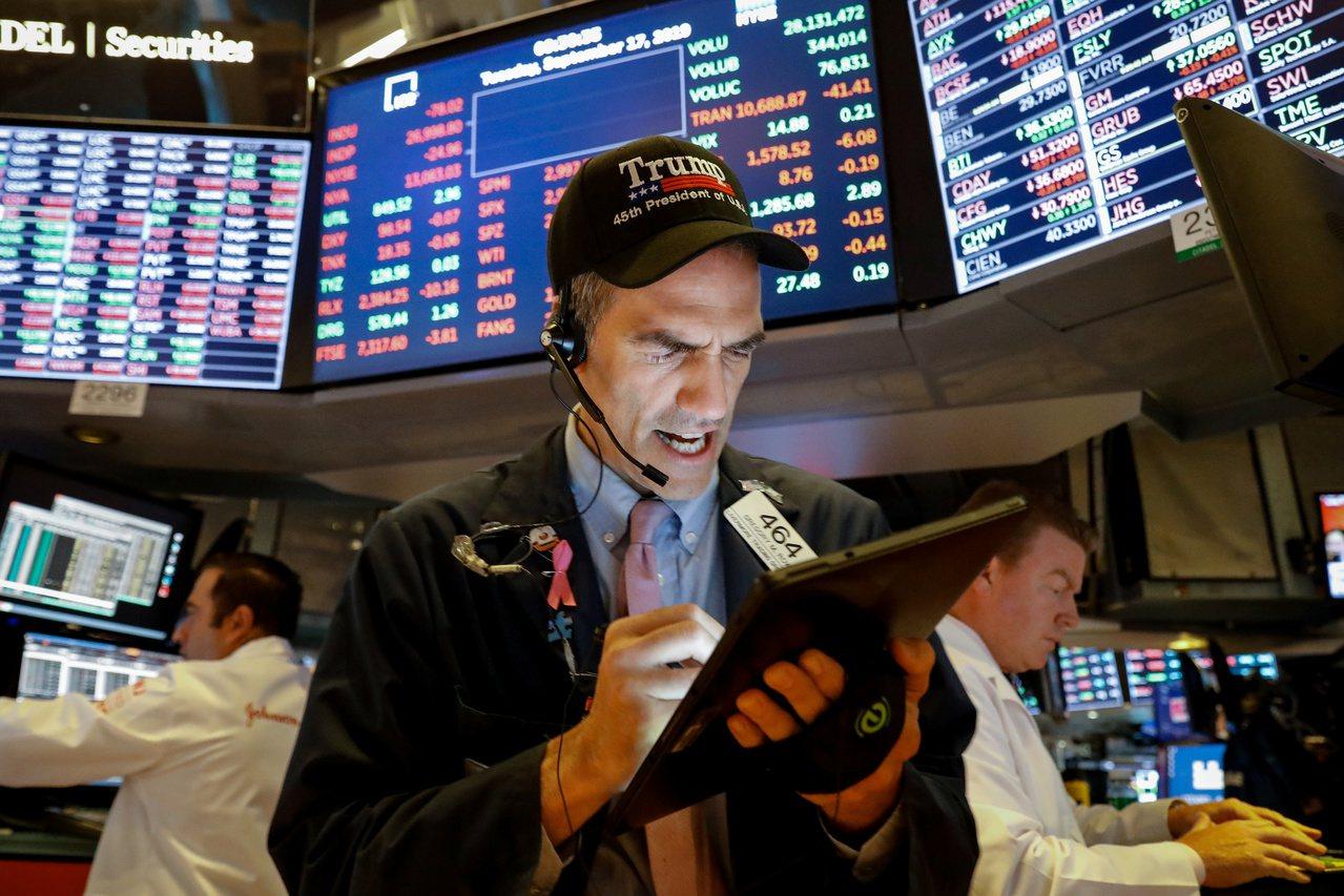 美股漲跌互見,法人預期台股走勢可能維持高檔震盪。路透