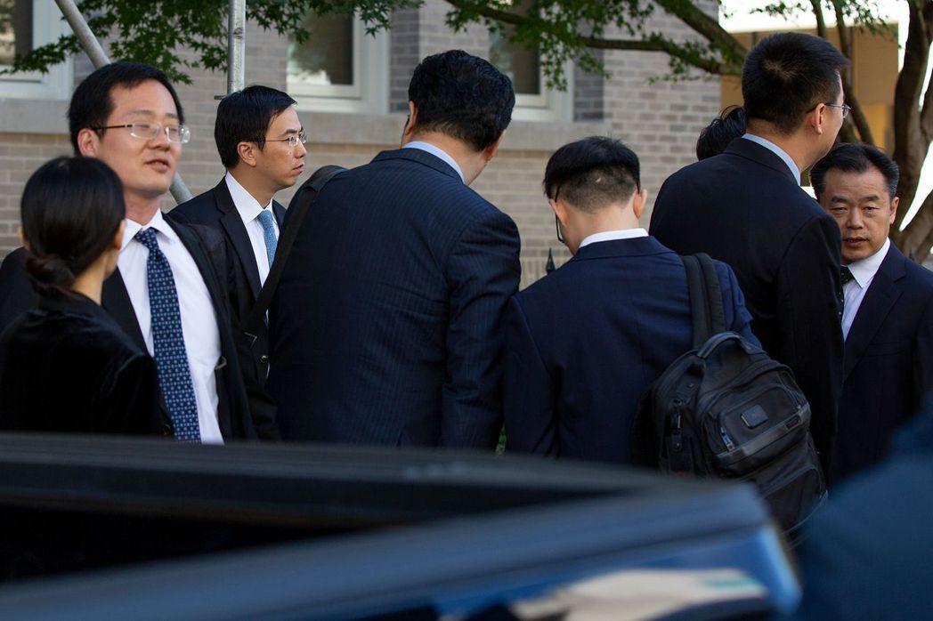 美中談判代表周四在華府磋商,中方代表團在會談結束後準備離開。 網路照片