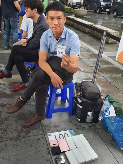 排隊超過140小時的洪先生。 記者黃晶琳/攝影