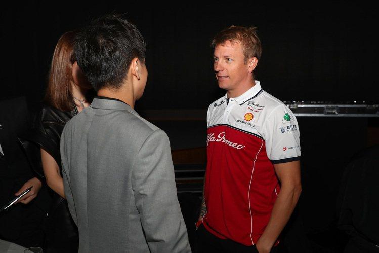 林志穎(背對者)在鐘表活動空檔時,找到機會跟自己偶像Kimi Räikkönen...