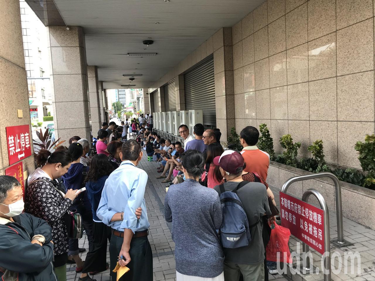 台南市實施第二期汰換老舊冰箱、冷氣等家電補助,上午8點半開放申請,有民眾凌晨3點...