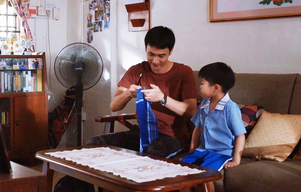 劉冠廷(左)劇中兼當奶爸,變魔術逗小孩。圖/拙八郎提供