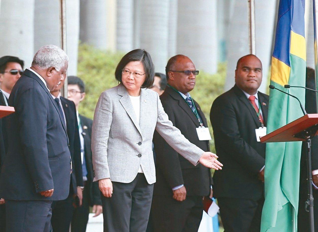 蔡英文總統(左二)2018年歡迎索羅門群島總理何瑞朗(左一)等人來訪。 圖/聯合...
