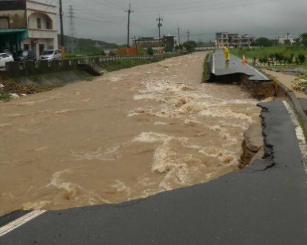 金山地區前年6月2日降下超大豪雨,造成磺溪水位暴漲,磺溪橋被沖斷,不少地區淹水。...