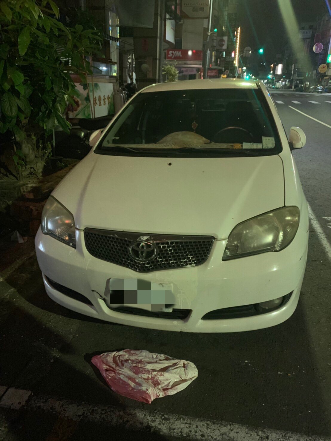 高雄今天凌晨發生潑漆事故,旁邊停車也遭波及。記者林保光/翻攝
