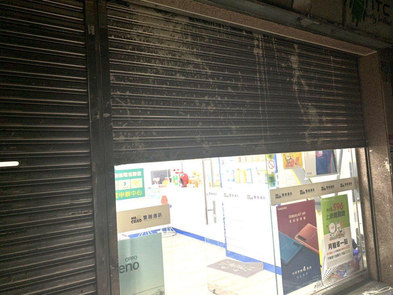 高雄今天凌晨發生潑漆事故,通訊行門口遭潑漆。記者林保光/翻攝