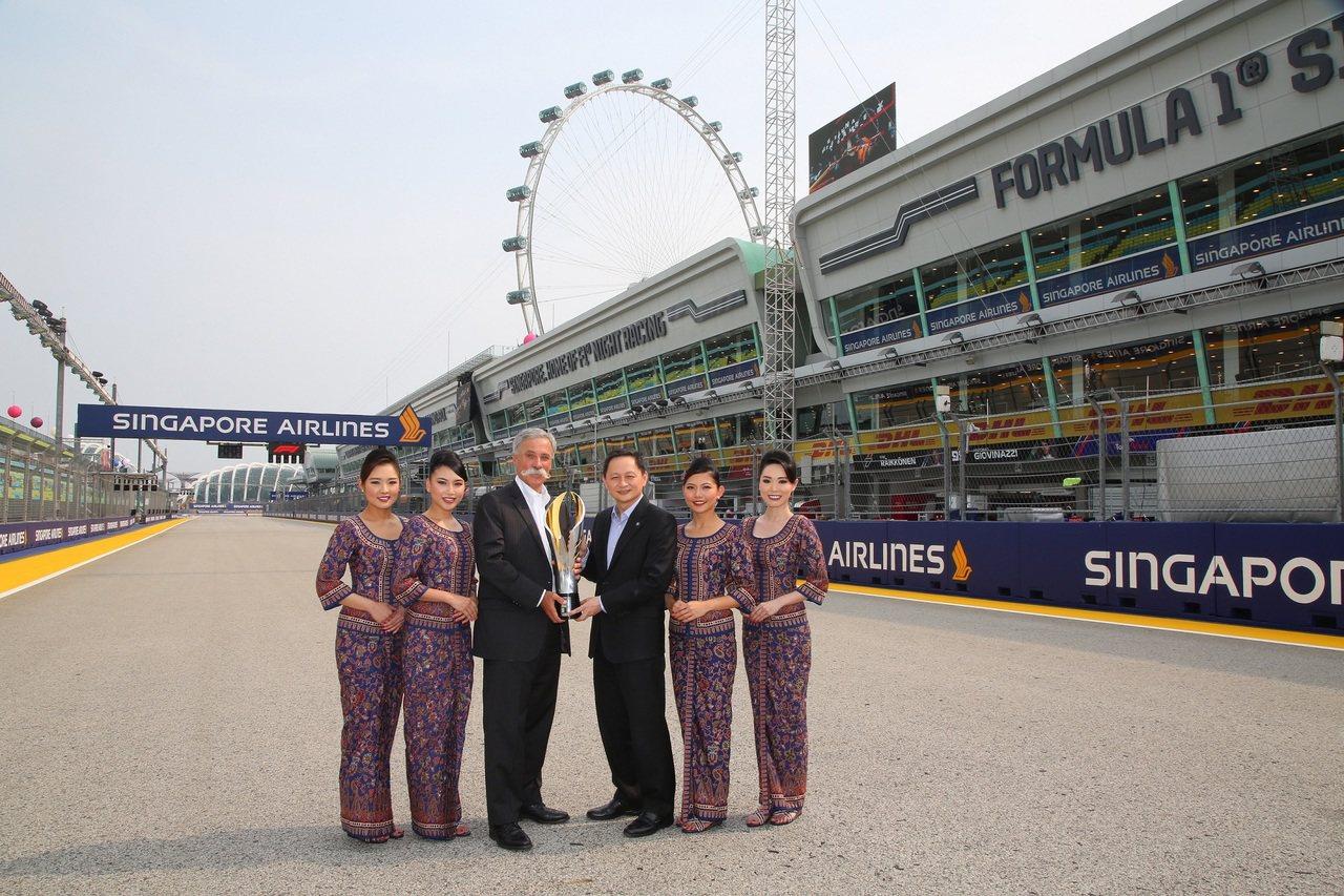 F1主席兼執行長Chase Carey(左)與新航總裁吳俊鵬(右)。圖/新加坡航...