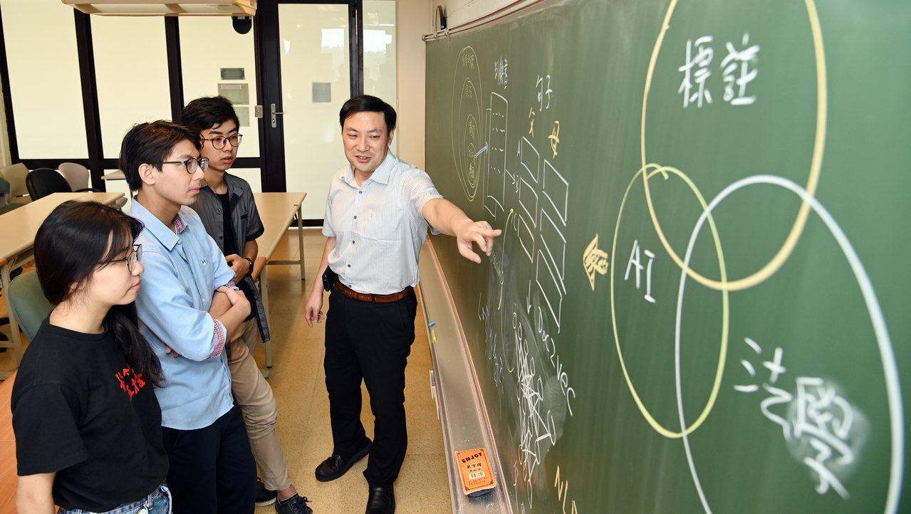 清大物理系教授王道維(右)與團隊採用特殊標註方式與多項技術,開發AI輔助監護權判...