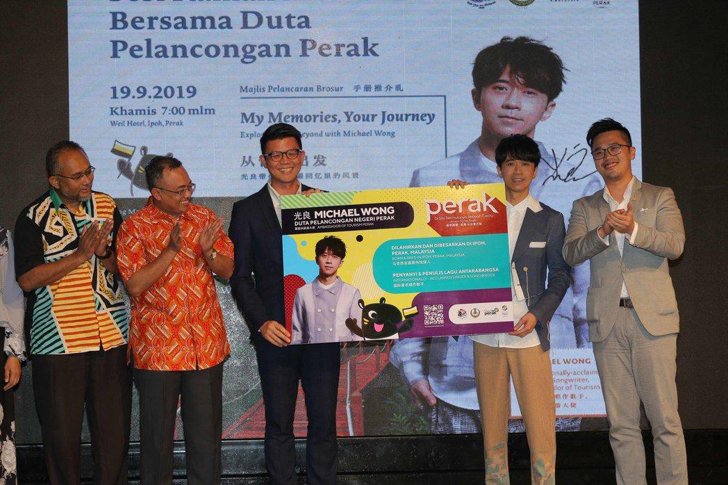光良(右二)獲邀擔任大馬「霹雳州旅遊大使」。圖/星娛音樂提供