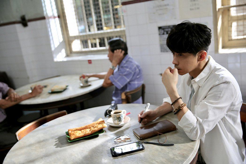 光良特別難忘大馬美食「熱的加糖黑咖啡配油條」。圖/星娛音樂提供