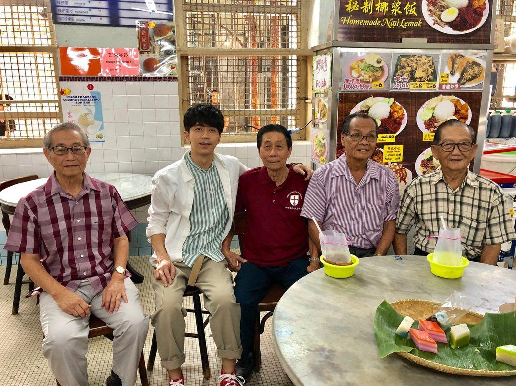 光良(左二)與光良爸(左三)難得一起拍攝影片。圖/星娛音樂提供