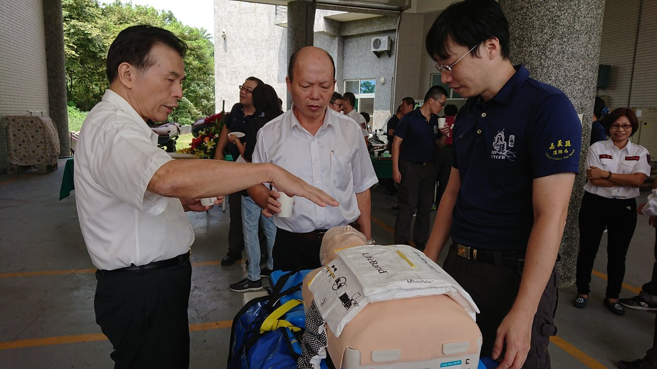 消防局長呂清海(左起)向劉明澄介紹自動心肺復甦機。記者卜敏正/攝影