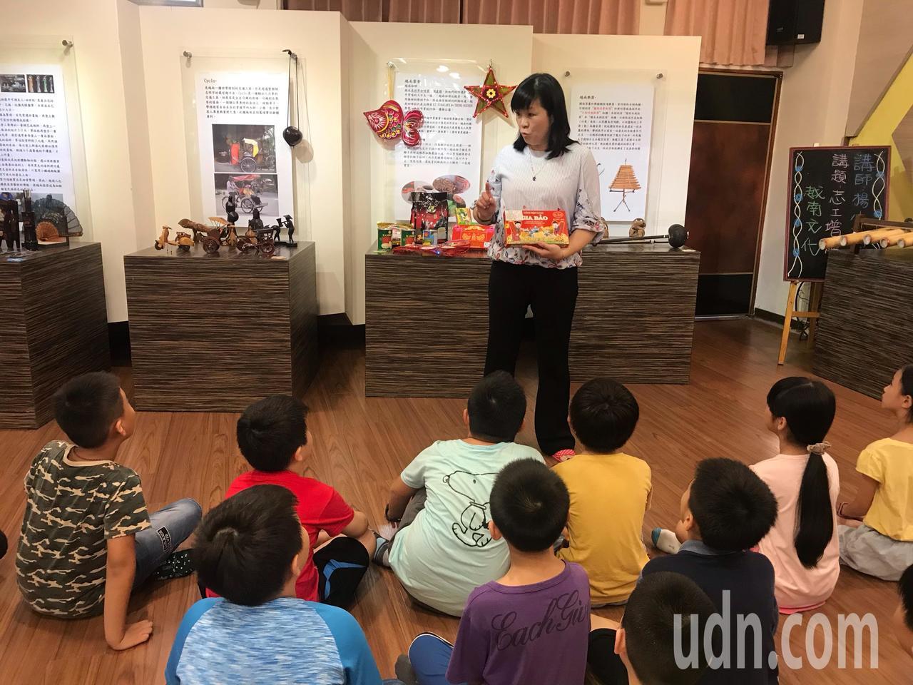 楊小梅主任透過在學校設置新住民文化場館,給予新住民孩子另一個舞台。記者許玉娟/攝...