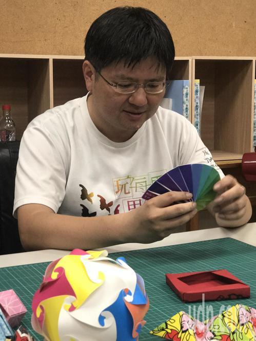李政憲老師推廣摺紙數學的目的不是要讓學生數學變好,而是要讓他們不要排斥數學。記者...