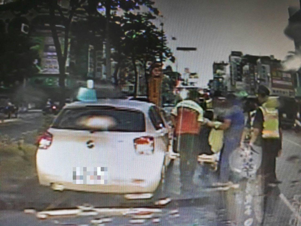 行經台中市清水區一輛轎車忽快忽慢,並將車輛停在快車道上,警方懷疑駕駛酒駕,上前攔...