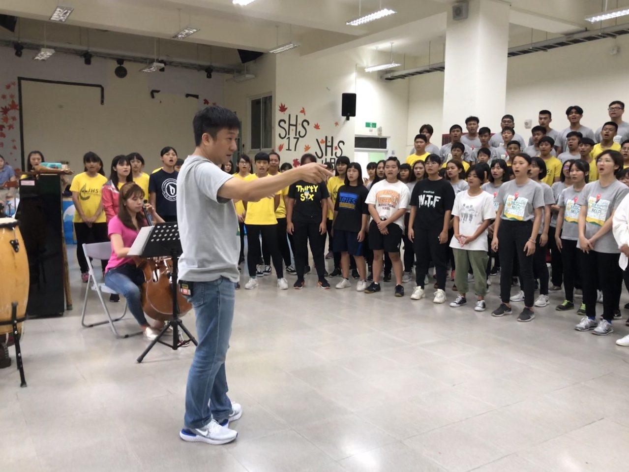 歷經十年蛻變,偏鄉孩子展現優異成績,陳俊志謙稱:「是孩子們用歌聲和表現帶著老師們...