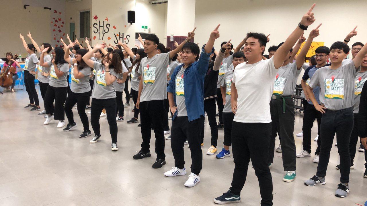 陳俊志等人指導的學生合唱團,組成多元,其中包括布農族和平埔族等,展現歌唱和律動天...